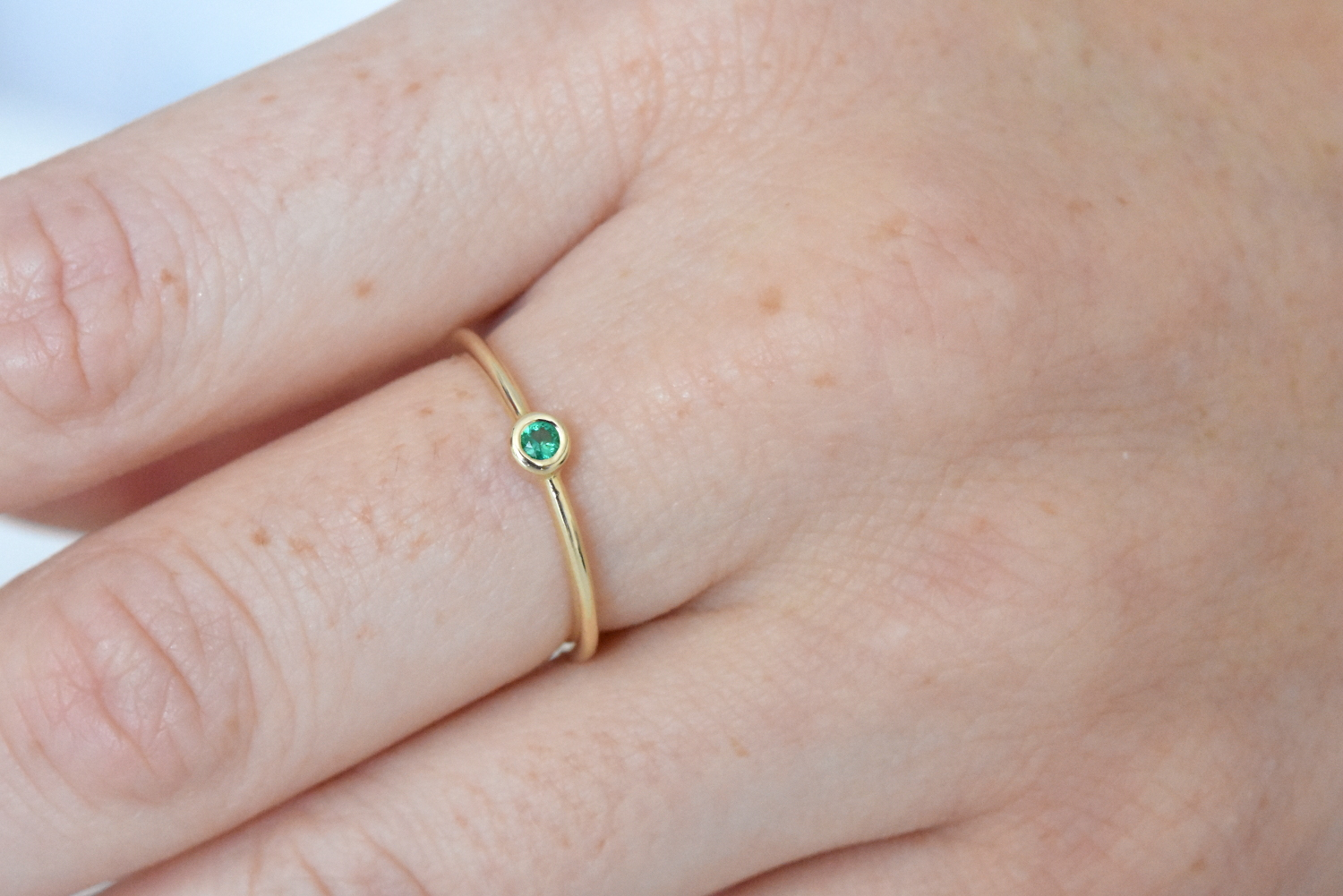 Dainty Emerald Gold Ring - nature shiny